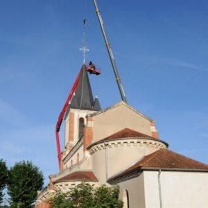 Remplacement de la croix sur l'église de Serbannes 03